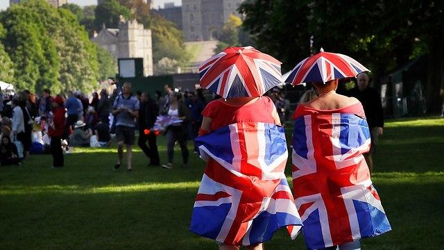 קהל ברחובות וינדזור בריטניה מחכה ל חתונה הנסיך הארי מייגן מרקל (צילום: AP)