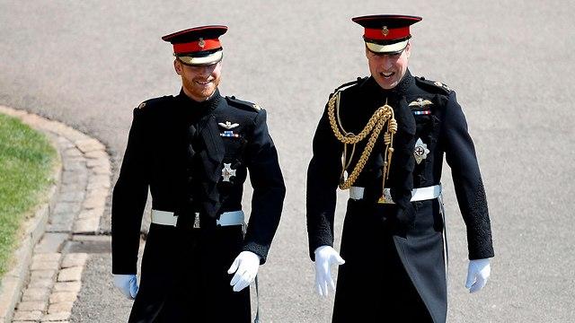הנסיך וויליאם עם אחיו הנסיך הארי חתונה עם מייגן מרקל וינדזור בריטניה (צילום: AFP)