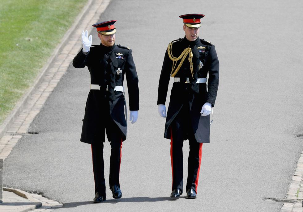 במדי צבא רשמיים: הנסיך הארי מגיע לכנסייה מלווה באחיו הבכור וויליאם, שנבחר לשמש כשושבין בחתונה (צילום: Shaun-Botterill/GettyimagesIL)