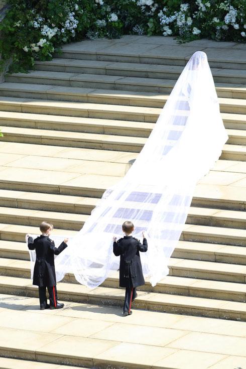 ההינומה של מרקל (בתמונה) כפולה באורכה משובל שמלת הכלה שלבשה מידלטון ב-2011  (צילום:  EPA/OWEN COOBAN / BRITISH MINISTRY OF DEFENCE)