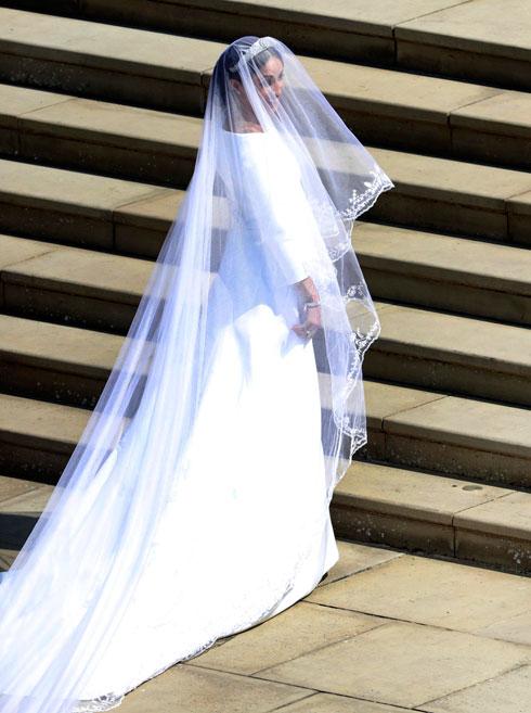 """המחשוף של השמלה דומה לשמלת כלה לבנה שלבשה אודרי הפבורן במיוזקל """"פנים מצחיקות"""" משנת 1957 (צילום: AP)"""