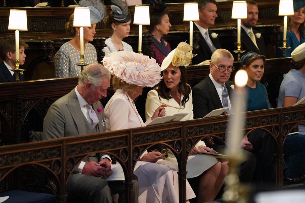 לא רק הכלה עצמה מעוררת עניין בחתונה המלכותית: קייט מידלטון בשמלה אלגנטית בגוון בהיר ובגזרת ז'קט ארוכה של בית האופנה אלכסנדר מקווין וכובע מפוסל בצבע תואם (צילום: GettyimagesIL)