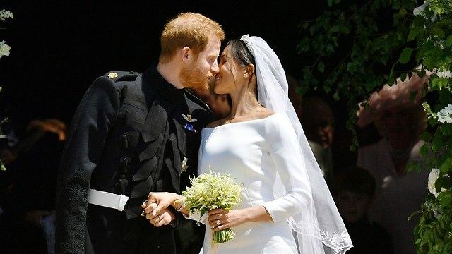 נשיקה מייגן מרקל הנסיך הארי חתונה טירת וינדזור בריטניה (צילום: AP)