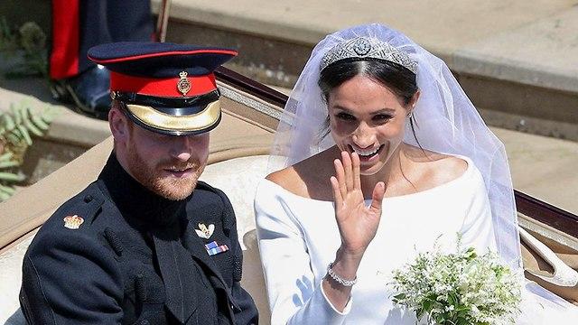 מייגן מרקל הנסיך הארי נוסעים ב כרכרה אחרי חתונה טירת וינדזור בריטניה (צילום: AP)