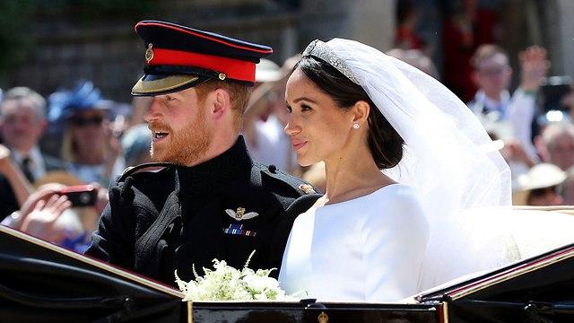 מייגן מרקל הנסיך הארי נוסעים ב כרכרה אחרי חתונה מ וינדזור ל לונדון בריטניה (צילום: AP)