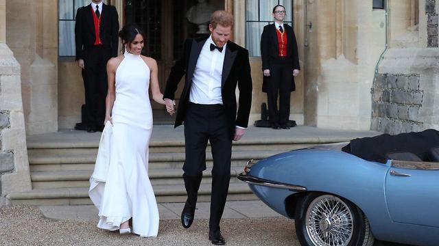הנסיך הארי והדוכסית מסאסקס יוצאים מטירת וינדזור לקבלת פנים בבית פרוגמור, וינדזור (צילום: AFP)