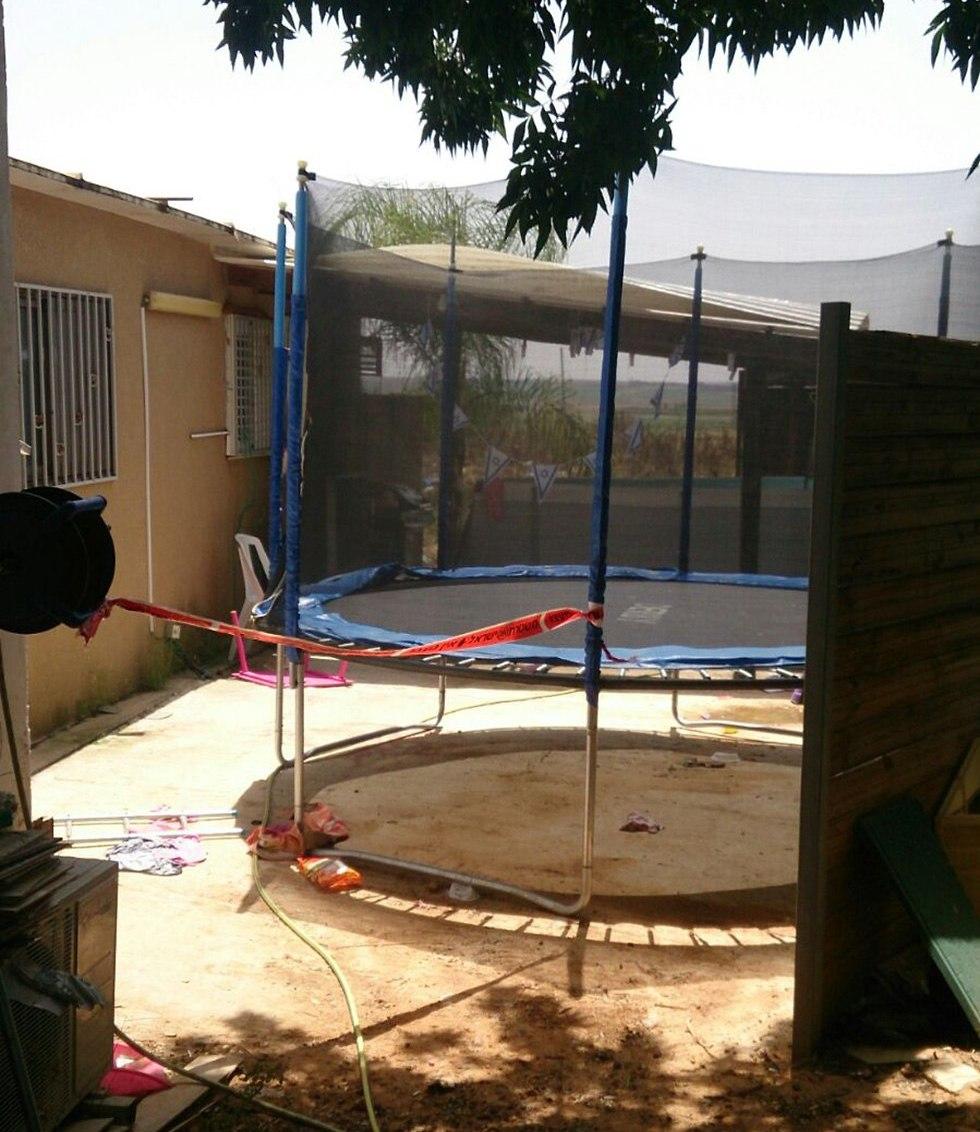 חצר הבית בו טבעה פעוטה בת שנתיים מטביעה (צילום: דוברות המשטרה)