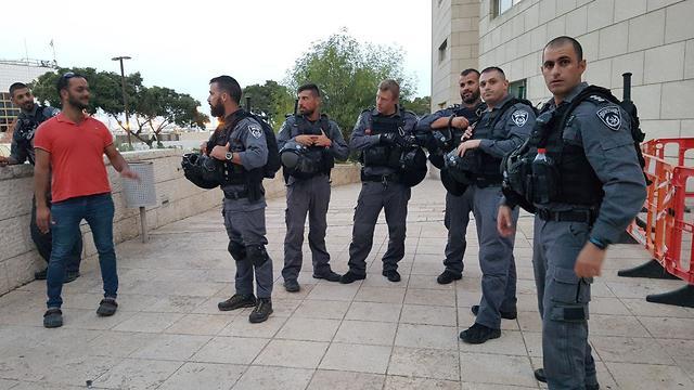 כוננות לקראת הפגנת התמיכה בתושבי עזה מחוץ לבית משפט השלום בחיפה (צילום: עידו ארז)