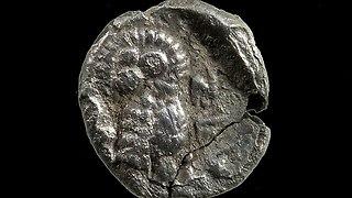 מטבעות 'יהד' שנתגלו בסינון העפר (צד הפנים) ובהם נראית התנשמת וליד הכיתוב בכתב העברי הקדום יהד (צילום: צחי דבירה)