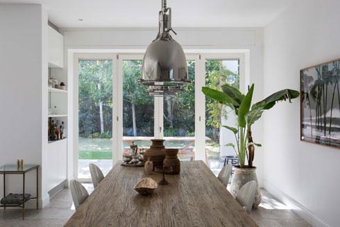 שולחן מעץ מלא ומעליו מנורות מתכת  (צילום: הילה עידו)