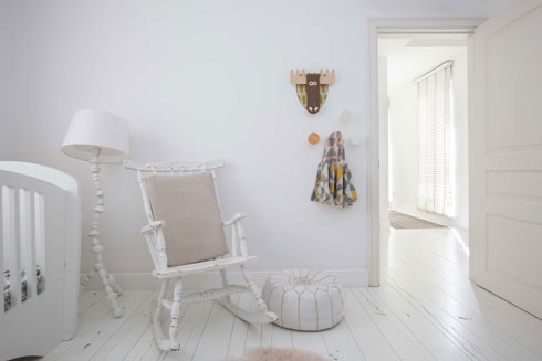 בחדרה של התינוקת כיסא נדנדה מבית סבא (צילום: הילה עידו)