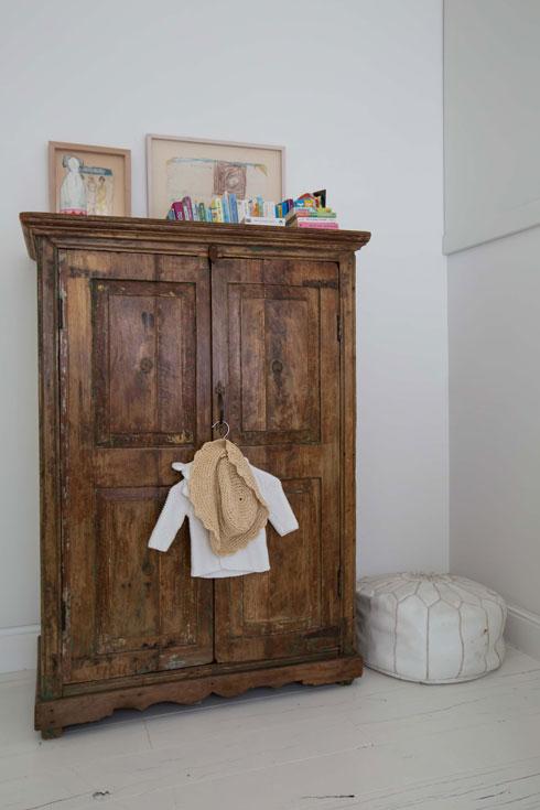 על ארון עץ נמוך מונח ציור שצייר האב כשהיה בן שש (צילום: הילה עידו)