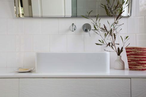 האריחים בחדרי הרחצה לבנים, פשוטים (צילום: הילה עידו)