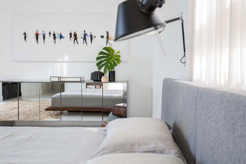 גם על הקיר בחדר השינה גולשים וגלשנים (צילום: הילה עידו)