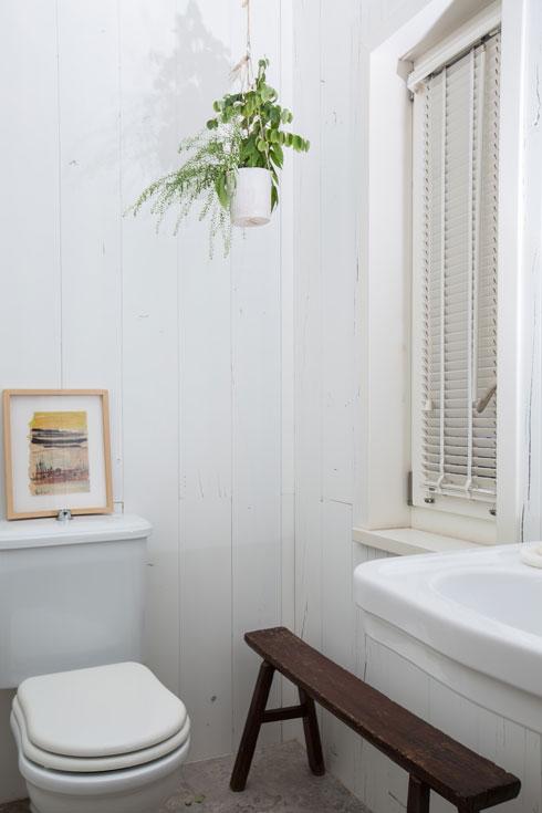 ספסל עץ בשירותי האורחים (צילום: הילה עידו)