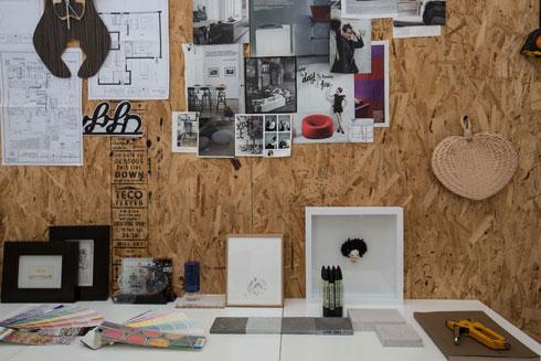 ''קיר השראה'' על מצע שבבי עץ בחדר העבודה (צילום: הילה עידו)