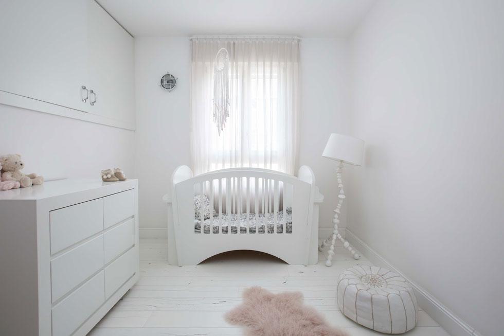 מיטת התינוק המעוגלת של הבת הפעוטה מורכבת ללא ברגים. ''על הכל יש כתמים'', אומרת טריפון, ''הכל משומש, וזה חלק מהחן בחומרים טבעיים'' (צילום: הילה עידו)