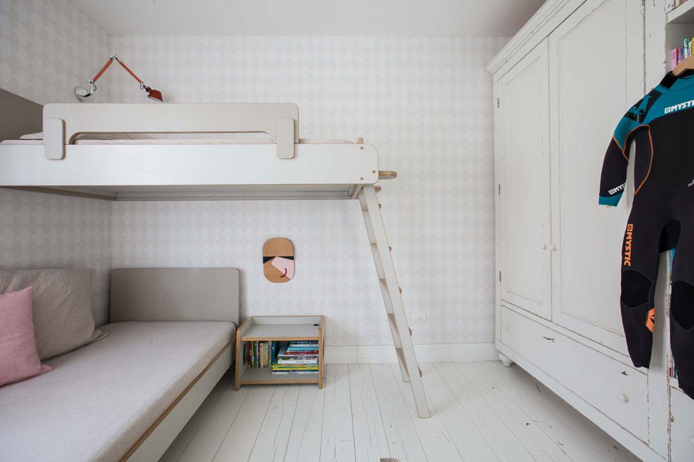 הבנות הגדולות, בנות שש ותשע, ישנות בחדר אחד, במיטת קומותיים. הפרקט בחדרי השינה לבן, גס וסדוק (צילום: הילה עידו)