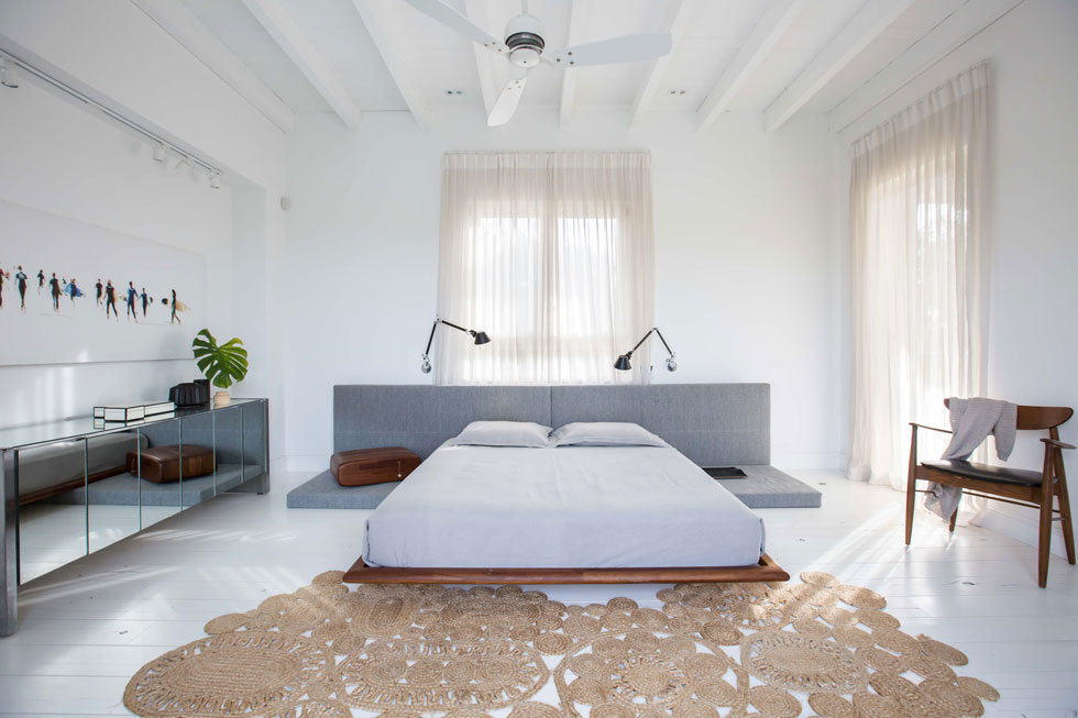 בחדר ההורים מיטה נמוכה שיוצרה בהזמנה, כיסא וינטג' ושידה משנות ה-70, שנרכשה בשוק בברוקלין. גם שטיח החבל הגיע מניו יורק (צילום: הילה עידו)