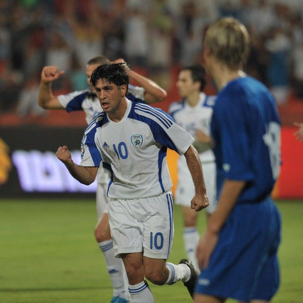 אליניב ברדה חוגג במדי הנבחרת (צילום: ראובן שוורץ)