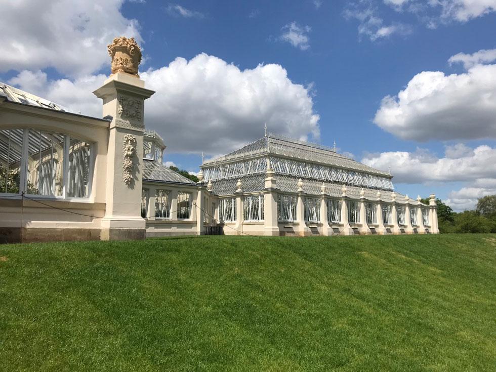 כבר 155 שנה ש''הבית הממוזג'' נח על כר הדשא בקיו גרנדס, מוגבה כשליט על כיסאו (צילום: הילה שמר)