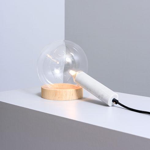 מנורה מבריקה של אסף וינברום, משיש, זכוכית ועץ. 2,320 שקלים  (צילום: איה ווינד)