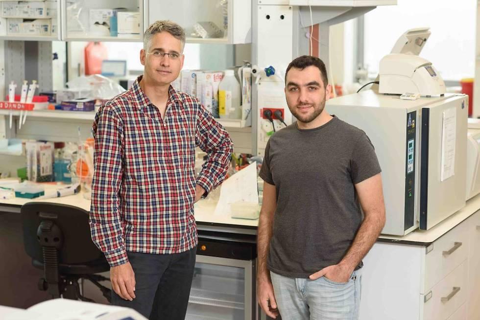 מימין: ינון בר-און ופרופ' רון מילוא. להבין את התמונה הגדולה (צילום: מסע הקסם המדעי, מכון ויצמן למדע)