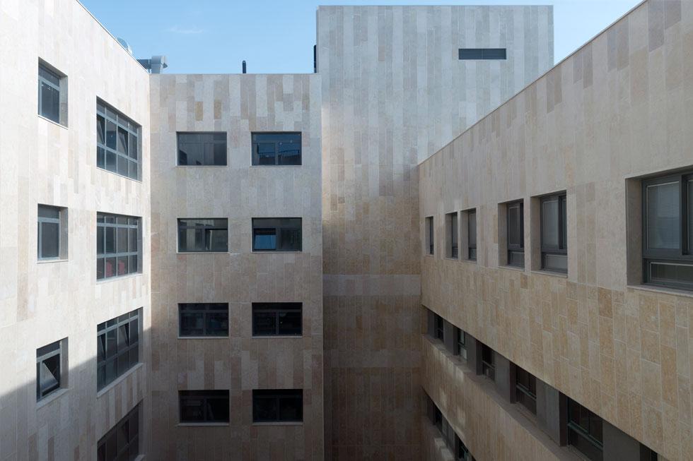 מחלקות האשפוז מצויות בקומות הגבוהות. חלקן מיועדות לחולי אלצהיימר עצמאיים, וחלקן - לסיעודיים. כיום מאושפזים במרכז כולו 170 מטופלים (צילום: גדעון לוין)