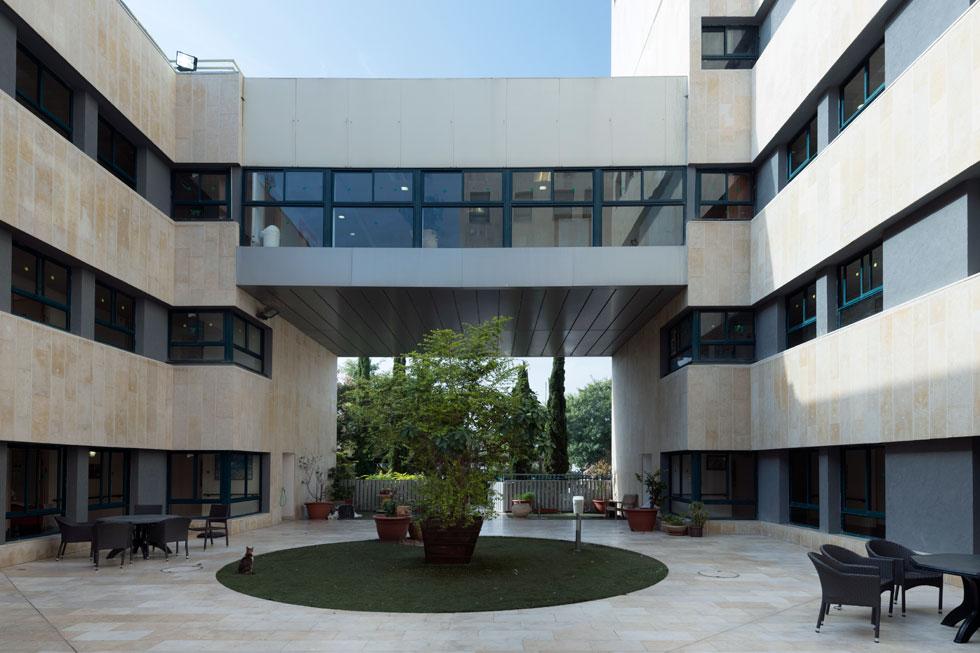 החיבור בין האגף הוותיק, שתכנן האדריכל גרט גוטמן, לאגף החדש, היה לדברי לרמן אחד האילוצים שהשפיעו על התכנון. באגף הוותיק כ-150 מיטות אשפוז. באגף החדש עתידות להיות 100 מיטות  (צילום: גדעון לוין)