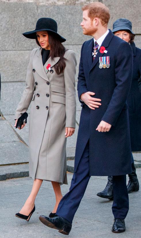 אף אחד לא רוצה להסתכסך עם המלכה בגלל בגדים. מייגן מרקל והנסיך הארי בתקופת האירוסין (צילום: Tolga Akmen - WPA Pool/GettyimagesIL)
