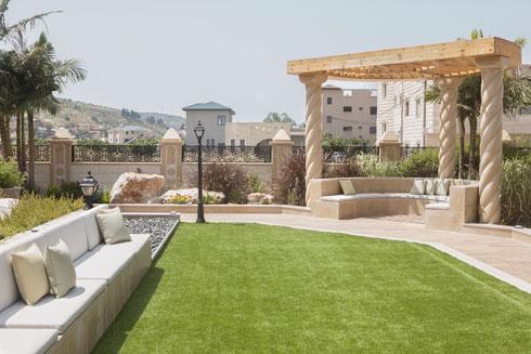 חצר גדולה עם דשא סינטטי וגינת תבלינים טבעית  (צילום: עמרי טלמור)