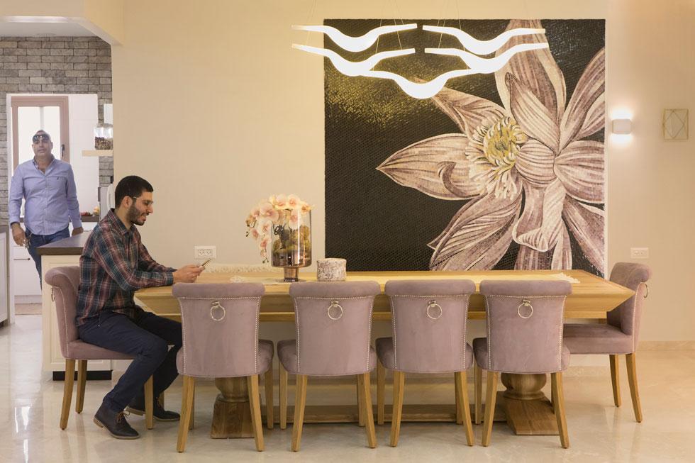 """הריהוט בפינת האוכל, כמו בשאר חלקי הבית, איטלקי. """"הלקוחות"""", אומרת האדריכלית, """"רואים את העיצובים החדשים בטלוויזיה שמשודרת ממרוקו, לבנון וסעודיה ורוצים גם""""    (צילום: עמרי טלמור)"""