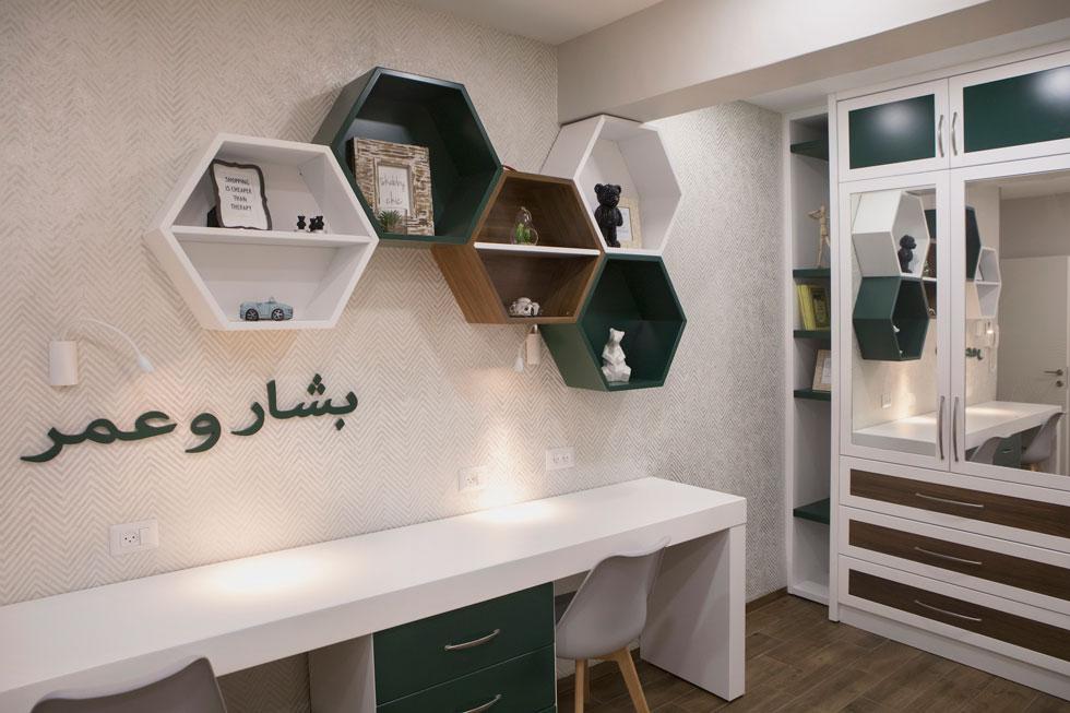 לחדר הבנים נבחר צבע ירוק, ושמותיהם מופיעים על הקיר: בשאר ועמר. אצל ההורים - לבן  (צילום: עמרי טלמור)