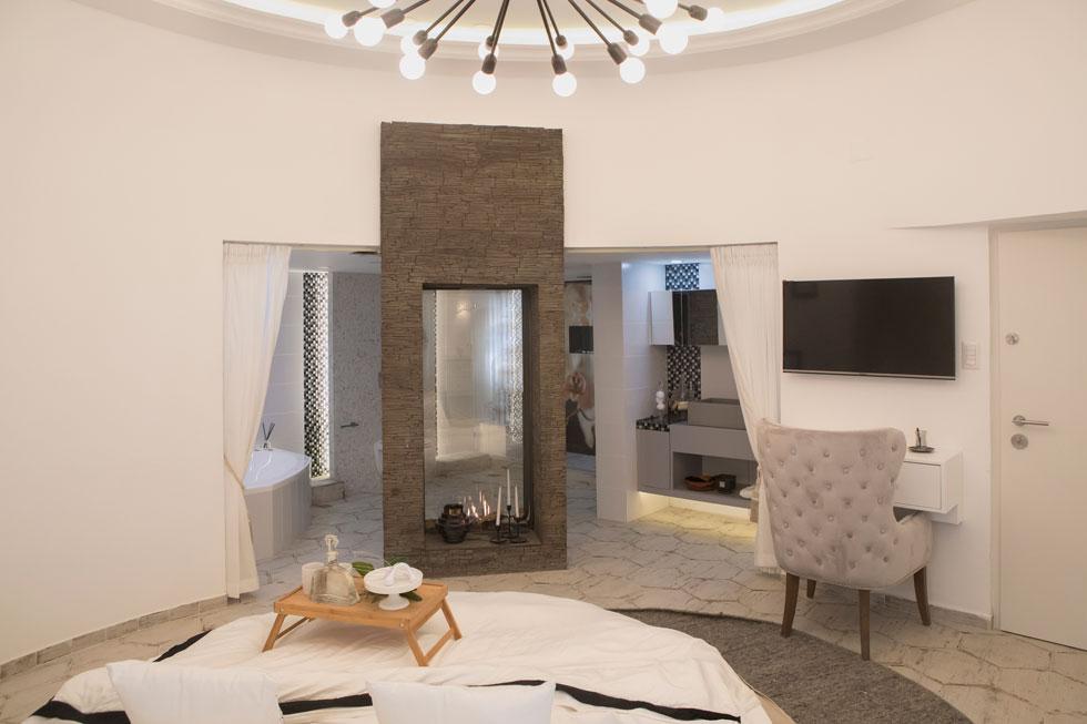 במרכז חדר הספא האינטימי, שממוקם בקומה השנייה (ורק להורים מותר לעלות אליו), יש מיטה עגולה שממנה ניתן לצפות, מבעד לקמין השקוף, אל חדר הרחצה הגדול  (צילום: עמרי טלמור)