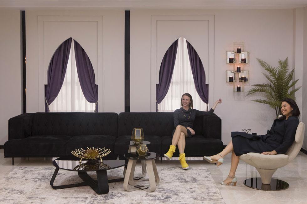 בנות המשפחה באחד משלושת הסלונים שבתוך הדירה. פרישת החדרים בדירה שונה מהמקובל במגזר היהודי. כאן חדרי השינה לא גדולים, ועיקר שטח הדירה נחלק בין סלונים שונים לאירוח ולשהייה  (צילום: עמרי טלמור)