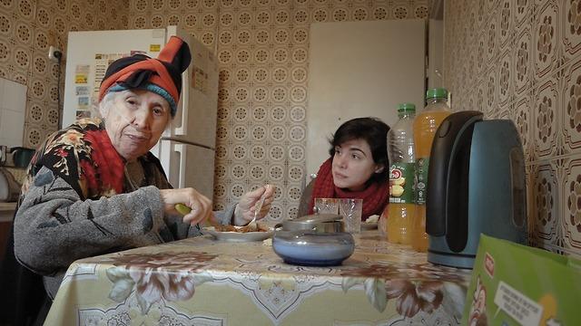 ג'יין ביבי יושבת מסביב לשולחן עם אימה. מתוך הסרט