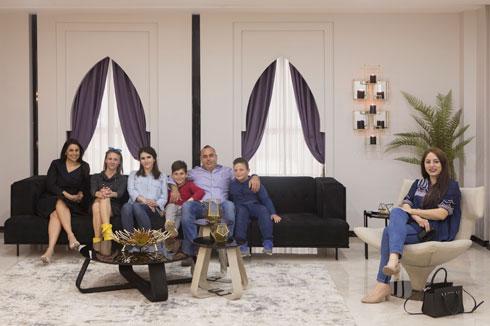בני משפחת מנאע בסלון. מימין: האדריכלית מייסא חדאד-ברבנה  (צילום: עמרי טלמור)