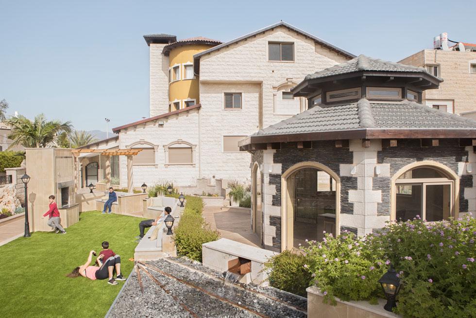 בבית משפחת מנאע במג'ד אל כרום יש כמה סלונים. אחד מהם, במבנה העגול בחוץ, משמש לאירועים רבי משתתפים. עיצוב: מייסא חדאד-ברברנה. לחצו לכתבה המלאה (צילום: עמרי טלמור)