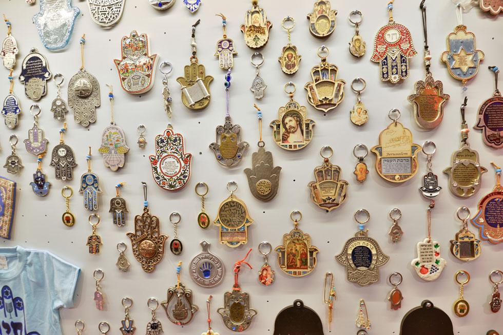 בחלק השלישי של התערוכה מאות חמסות שנאספו בשווקים בארץ, ומצטרפות לאוסף המוזיאון, שכלל עד עכשיו עשר דוגמאות בלבד (צילום: שי בן אפריים)