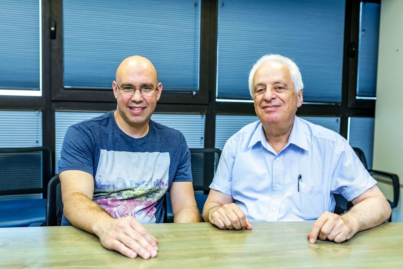 Проф. Исраэль Влодавски и д-р Ури Бараш. Фото: Таль Хефец, пресс-служба Техниона