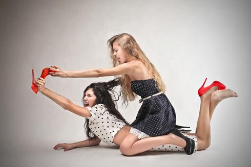 מערכות יחסים חבריות עלולות להפוך למתעללות בגלל קנאה (צילום: Shutterstock)