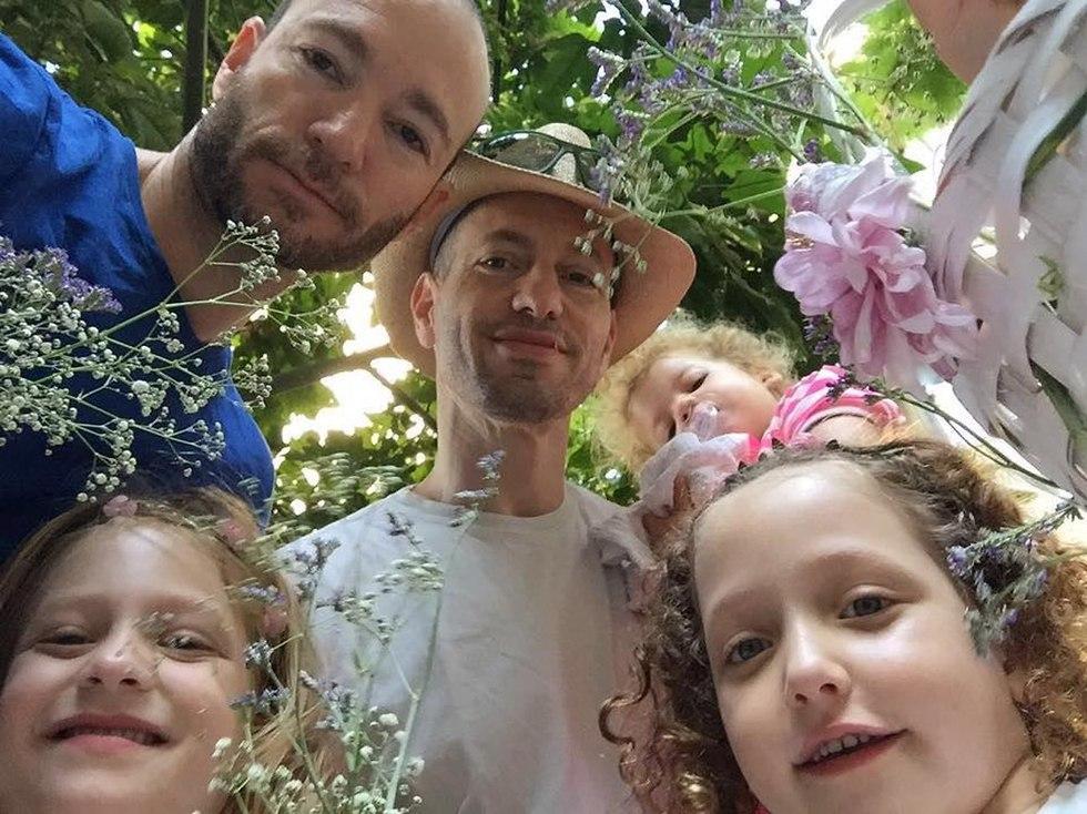 יואב ואיתי ארד עם ילדיהם ()