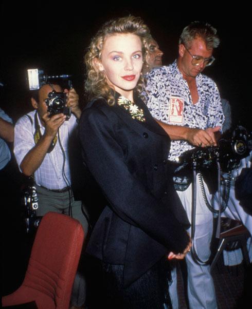 כך נראתה קיילי מינוג בשנת 1989. לחצו על התמונה כדי לגלות איך היא נראית כיום (צילום: Pascal Le Segretain/GettyimagesIL)