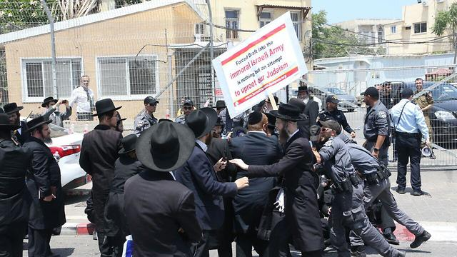Haredi hardliners protest against the draft law (Photo: Motti Kimchi)