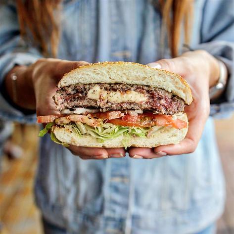 """עד 59 שקלים. ההמבורגר של """"בורגר סלון"""" (צילום: אדוארד קובסה)"""