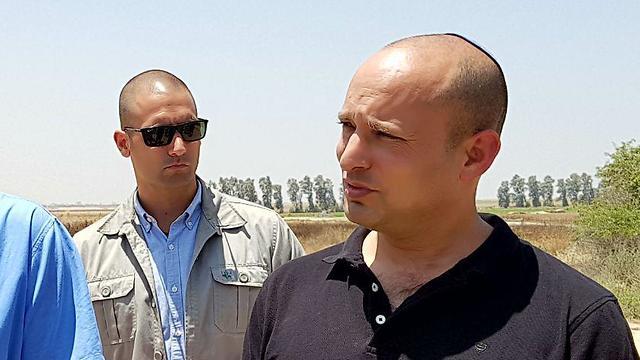 Министр просвещения Нафтали Беннет на границе с сектором Газы. Фото: Рои Идан
