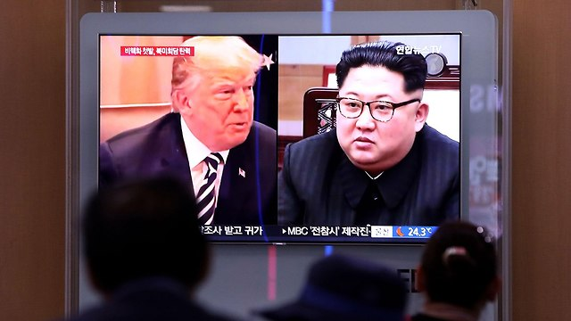 אנשים ב דרום קוריאה צופים בחדשות על השמדה אתר גרעין ב צפון קוריאה (צילום: gettyimages)