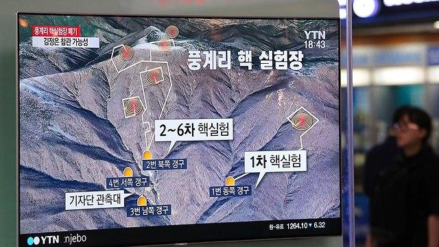 אנשים ב דרום קוריאה צופים בחדשות על השמדה אתר גרעין ב צפון קוריאה (צילום: AP)