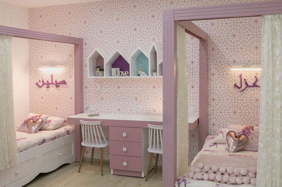 בחדרי השינה, שלכל אחד מהם חדר רחצה צמוד, שולט צבע אחד בכל חדר. לחדר הבנות נבחר ורוד פוקסיה. ולכל בת מיטת אפיריון ושמה על הקיר: רזל וסלין (צילום: עמרי טלמור)