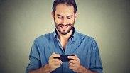 גבר עם סמארטפון. צילום: Shutterstock